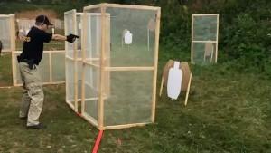 """Выполнение упражнения в практической стрельбе на время. Стрелок работает с """"коротким стволом""""."""