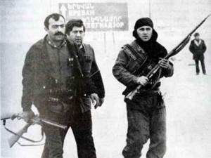 Первые армянские отряды самообороны. Обратите внимание на охотничью ружья в качестве основного вооружения.