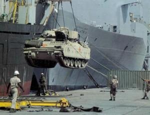 Розвантаження прибутої техніки союзників у портах Саудівської Аравії.