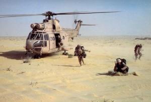 """Тренування. Висадка 1-го Стефордширського полку Великобританії із гелікоптера """"Пума""""."""