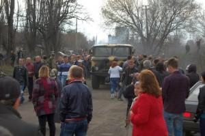 Местные жители блокируют десантников в Доброполье, апрель 2014 г.