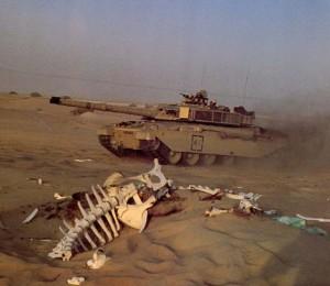 """Танк """"Абрамс"""" мчить по іракських пісках."""