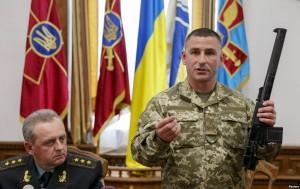 Пресс-конференция в Киеве, в ходе которой украинские военные продемонстрировали бесшумную снайперскую винтовку, с которой был захвачен в плен военнослужащий 3-й бригады Спн ГРУ ГШ РФ капитан Ерофеев. 18 мая 2015 г.
