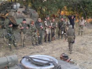 Солдаты и офицеры 18-й отдельной мотострелковой бригады ВС РФ изображают «ополченцев», лето 2014 г.
