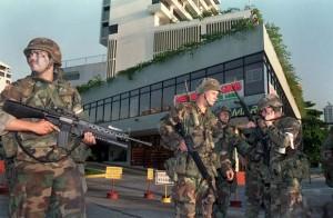 Американские солдаты у посольства Ватикана в Панаме