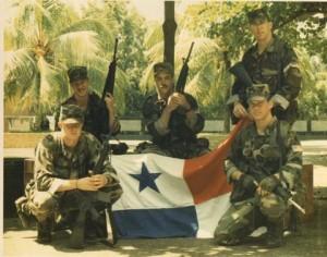 Рейнджеры США с захваченным флагом Панамы