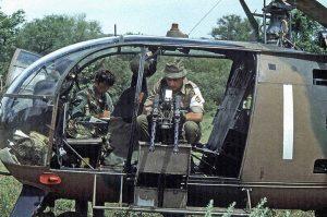 Полевая модификация Alouette в Родезии – спаренные крупнокалиберные пулеметы в проеме двери.