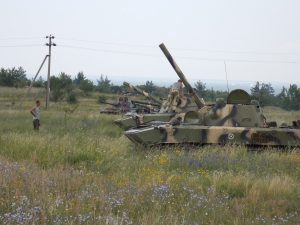 Донбасс, лето 2014 года. Обратите внимание на разный камуфляж машин.