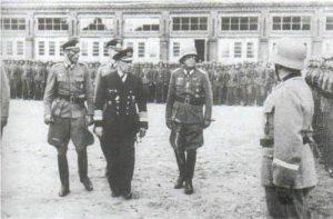 Канарис на построении одного из батальонов полка Бранденбнбург